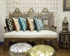 des coussins bariolés et des meubles uniques dans le style marocain