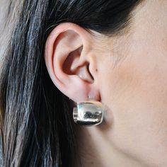 Cercei tortițe din argint masiv 925 ‰.  Prinderea de ureche se face cu ajutorul șuruburilor.  Cod produs: DC1852 Greutate: 10.06 gr. Lungime: 1.70 cm Lățime: 1.70 cm Lapis Lazuli, Agate, Topaz, Diamond