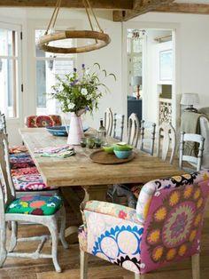 chaise de cuisine colorée, galettes de chaises, lustre en bois, fleurs sur la table de cuisine