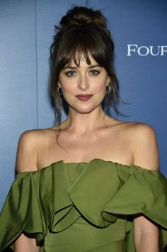 Calling It Will Be the Year of Bangs and These Versatile Hair Colors dakota johnson bangs<br> Legendary hairstylist Mark Townsend shares his predictions. Medium Hair Cuts, Medium Hair Styles, Curly Hair Styles, Hair Day, New Hair, Long Hair With Bangs, Bangs Long Hair, Bangs Sideswept, Messy Bangs