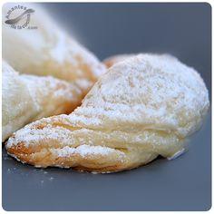 Esta receta de cachitos de almendras es muy fácil de hacer y te sacará de apuros cuando tengas ganas de comer algo dulce y rico.