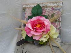 tableau floral sur toile recouverte d'un tissu en lin shabby tons douceur en crème et rose tendre : Décorations murales par creat-tine