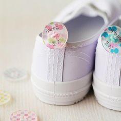 ボタンを使った上履きの名前付けは可愛くなるだけでなく、靴を履く際の持ち手部分が大きくなるので、小さなお子さんが自分で靴を履きやすくなります。簡単にできる、ボタンを使った上履きの名前付けをご紹介します。 Nursery School, Little Ones, Diy And Crafts, Baby Kids, Kindergarten, Kids Fashion, Baby Shoes, Knowledge, Education