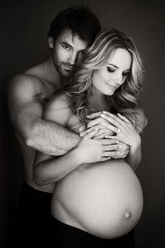 Inspiration photographie maternité en couple - noir et blanc - photo studio / fond noir - image naturelle