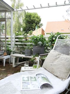 princessgreeneye: kommt Ihr mit in die Gartenlaube ?..............