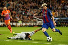 Cú hattrick của Messi, thẻ đỏ của Bravo, Aguero không ra sân từ đầu là những điểm then chốt giúp Barca thắng Mancity với tỉ số 4-0 trong khuôn khổ cup C1.