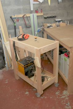 DIY desserte en bois Chariot Plancha, Table Mobile, Table Atelier, Palette Diy, Bois Diy, Serving Cart, Bob The Builder, Kitchen Cart, Tricks