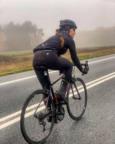 This cycling outfit is a great example of clever clothing, which is an up-and-coming brand-new technology that we make sure we will be hearing more of. Spin Bike Workouts, Bicycle Workout, Cycling Workout, Road Bike Women, Bicycle Women, Bicycle Girl, Cycling Tights, Cycling Wear, Road Cycling