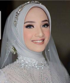 Joy from within….Sparkling bride 😘😘 Source by Sitedetailleplus Muslim Wedding Gown, Hijabi Wedding, Wedding Hijab Styles, Kebaya Wedding, Malay Wedding Dress, Muslimah Wedding Dress, Muslim Wedding Dresses, Muslim Brides, Muslim Couples