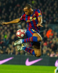 Football Poses, Football Soccer, Football Players, Barcelona Football, Fc Barcelona, Thierry Henry, Soccer Stars, Vintage Football, Lionel Messi