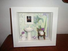 Quadro em mdf,com peças artesanais delicadas de um banheiro com uma linda cadeira