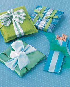 Imagen de http://manualidadesreciclables.com/wp-content/uploads/2012/09/C%C3%B3mo-decorar-regalos-con-envolturas-de-fieltro.jpg.