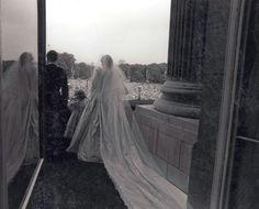 Diana y Carlos de Inglaterra saludando a las masas desde el balcón real.