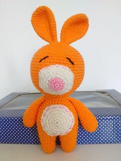 Lindo Coelhinho em crochê para decorar o quartinho do bebê ou para brincar.   Feita artesanalmente com linha 100% algodão.  *Por ser uma peça feita artesanalmente pode haver pequenas alterações no tamanho.