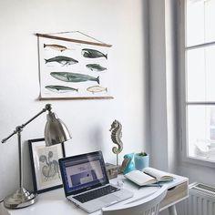 Ich muss nicht sagen dass genau dieses Retro-Wal-Poster von @arminhostudio in meinem Salzburger Beachhouse (wahrscheinlich das einzige in den Alpen ;) noch gefehlt hat oder? I like. Beste Gesellschaft für meinen eingerahmten Oktopus vom Berliner Flohmarkt mein Seepferd den Pelikan aus Fuerteventura & meinen balinesischen Holzfisch auf dem Fensterbrett!   .  #design #art #workshop #interiorandhome #portugueseart #mysouvenirfromlisbon #thingsilove #beachhousedecor #whales #detailsmatter… Retro Poster, Gallery Wall, Frame, Workshop, Handmade, Design, Instagram, Home Decor, Souvenir