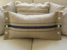 Burlap stripe with buttons--this would be cute using drop cloth for the pillow's fabric! Burlap Pillows, Sewing Pillows, Decorative Pillows, Throw Pillows, Burlap Projects, Burlap Crafts, Sewing Projects, Cushion Covers, Pillow Covers