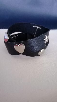 CREA 46 : Double bracelet avec des attaches couleur argentée incrustées, fermée par un bouton.