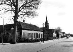 De Hamersveldseweg met betonnen paaltjes en een goot midden in de weg.