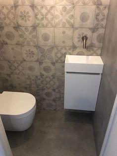 Toiletrenovatie met vtwonen tegels. Voor de vloer en zijwanden is de populaire betonlook serie Mold van vtwonen gebruikt. Op de achterwand is de patroontegel van de vtwonen Neo serie gebruikt. Een strak closet en een prachtig fonteinmeubel met inbouwkraan maken dit toilet helemaal af. Color Tile, Small Toilet Room, Home Diy, Diy Bathroom, Toilet Room, Small Toilet, Diy Home Decor, New Toilet, Bathroom