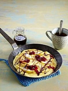 Das Rezept für Birnen-Pfannkuchen mit Preiselbeeren und Haselnussblättchen und weitere kostenlose Rezepte auf LECKER.de