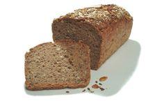 Für das Dinkelbrot in Kastenform wird ein weicher Hefeteig geknetet und anschließend gebacken. Köstlich zum Frühstück.