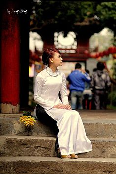 Traditional beauty of Vietnamese women in Ao Dai Vietnamese Traditional Dress, Vietnamese Dress, Traditional Dresses, Silk Tunic, Silk Dress, Ao Dai Vietnam, Asia Girl, Asian Woman, Beautiful Women