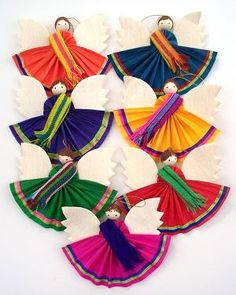 Colorful ornaments with Spanish and Mexican themes. Mexican Christmas Decorations, Xmas Decorations, Christmas Makes, Christmas Holidays, Corn Husk Crafts, Mexico Christmas, Texas Crafts, Corn Husk Dolls, Mexican Crafts