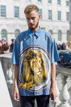Hola chicos, una de las alternativas para poder realzar un outfit es combinar y atreverse a usar estampados más arriesgados. La ca...