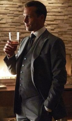 Harvey Specter wearing Tom Ford Three Piece Peak Lapel Suit, Harry Rosen French Cuff Dress Shirt I like that! Harvey Specter Suits, Suits Harvey, Serie Suits, Suits Tv Shows, Suits Season 5, Flannel Suit, French Cuff Dress Shirts, Sharp Dressed Man, Gentleman Style