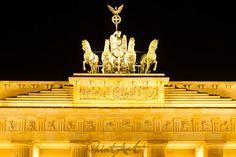 """""""the horsewoman"""" von Bernd Hoyen #fotografie #photography #fotokunst #photoart #stadt #städte #city #cities #brandenburgertor #brandenburggate #wahrzeichen #landmark #skulptur #sculpture #skulpturen #sculptures #säule #säulen #column #columns #licht #light #beleuchtung #illumination #gelb #yellow #golden #braun #brown #nachtaufnahme #nachtaufnahmen #nightshot #nightshots #urban #stadtlandschaft #stadtlandschaften #cityscape #cityscapes #deutschland #germany #berlin"""