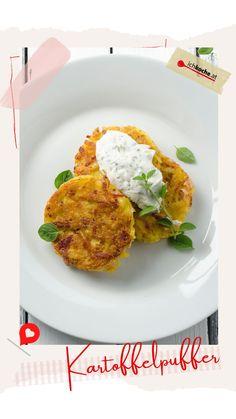 """Ein Kartoffelpuffer kommt selten allein - und das ist auch gut so! Denn selbst wenn """"die besten"""" Vorräte im Tiefkühlfach oder im Kühlschrank lauern, kann man nicht genug von den kleinen Knusperlingen bekommen. Je kleiner das Schmankerl, umso größer die Gaumenfreude! 😋 Wiener Schnitzel, Austrian Recipes, Goulash, Cooking Instructions, Tandoori Chicken, Recipies, Food And Drink, Tasty, Vegan"""