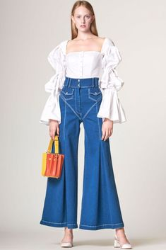 The complete Sara Battaglia Spring 2019 Ready-to-Wear fashion show now on Vogue Runway. Crazy Runway Fashion, Fashion 2020, Look Fashion, 90s Fashion, Couture Fashion, Fashion Dresses, Vintage Fashion, Fashion Design, Fashion Trends