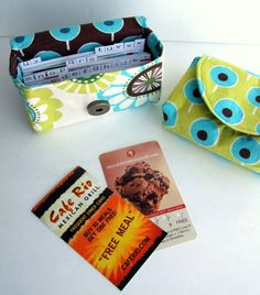 Loyalty Card Holder Pattern + Tutorial: I'm thinking tiny snack holder, lipstick holder, etc for purse. Or jewelry for after Gym. Craft Tutorials, Sewing Tutorials, Sewing Crafts, Sewing Projects, Sewing Ideas, Craft Ideas, Beginners Sewing, Sewing Diy, Fabric Cards