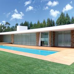 Vista da casa e piscina: Habitações por A.As, Arquitectos Associados, Lda