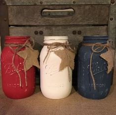 painted mason jars These rustic patriotic mason jars are a perfect addition your farmhouse/rustic/americana decor. Great as a house warming gift or birthday gift. Decorating for Mem Mason Jar Projects, Mason Jar Crafts, Mason Jar Diy, Diy Jars, Rustic Mason Jars, Fourth Of July Decor, 4th Of July Decorations, July 4th, Birthday Decorations