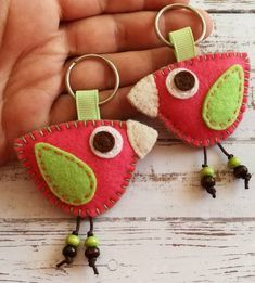 Colorful Bird keychain, Wool Felt Pink and Green keychain – Folt Bolt Shop Cute Crafts, Felt Crafts, Fabric Crafts, Handmade Christmas Gifts, Handmade Gifts, Collar Hippie, Felt Keychain, Felt Bookmark, Felt Decorations