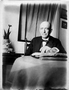 Manuel de Falla en su casa de La Antequeruela. #biografía