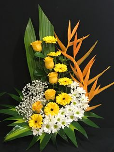 Flores Tropical Flower Arrangements, Creative Flower Arrangements, Flower Arrangement Designs, Church Flower Arrangements, Tropical Flowers, Flower Designs, Altar Flowers, Church Flowers, Unique Flowers