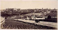 Paseo de Extremadura a fines del XIX. A la izquierda la tapia de la Casa de Campo, a la derecha una casita de campo y un curioso peñasco, al fondo Madrid.