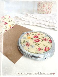 Personnaliser un miroir de sac, tissu fleuri et résine. Coeur d'artichaut©