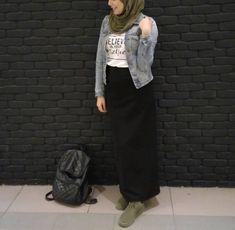 Pinterest: @adarkurdish Modest Outfits, Skirt Outfits, Stylish Outfits, Street Hijab Fashion, Abaya Fashion, Islamic Fashion, Muslim Fashion, Hijab Outfit, Denim Outfit