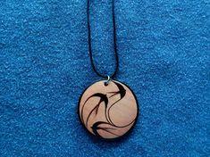 COLGANTE, LLAVERO O PENDIENTES de madera con tres golondrinas / pájaros volando. Pirograbado a mano. #epyro #pirograbado #pyrography #pyrographyart #woodburn #woodburning #woodburningart #hechoamano #handmade #madera #wood #handmadejewelry #woodjewelry #woodpendant #woodnecklace #colgante #colgantes #pendant #pendants #necklace #necklaces #llavero #llaveros #keychain #keychains #pendientes #earrings #pajaros #pajaro #bird #birds #golondrina #golondrinas #swallow #swallows