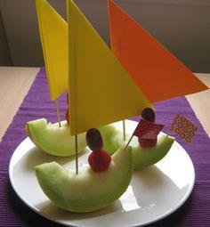 Fun fruit boat with sailor treats Snacks Für Party, Party Treats, Healthy Treats, Healthy Kids, Cute Food, Good Food, Kreative Snacks, Birthday Treats, Food Decoration