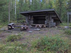 Laavu ja nuotiopaikka Urpolammella, laavun läheisyydestä löytyi myös polttopuita.