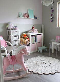 Des couleurs déco pastel dans une chambre de bébé fille entre une belle peinture gris perle et blanche qui s'éveillent avec des touches de rose pale