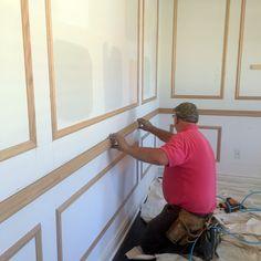 Puerta con bisagras invisibles integrada en una pared de paneles de madera  Interiores  Pinterest  Puertas secretas Puertas ocultas y Puertas