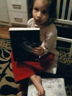 """Nyni e o livro """"Poseidon"""" Cortesia da Editora Novo Conceito"""