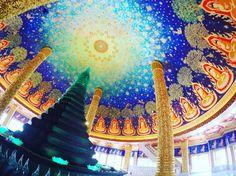 タイにある寺院へ訪れたことはありますか?多くの寺院は金色を用いて煌びやかなイメージがあると思います。一方で、バンコクにある「ワットパクナム」という寺院はタイの他の寺院とは異なるんです。果たしてどんな寺院なのか見ていきましょう。