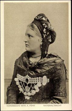 Postkarte Wyk auf Föhr, Nordseebad, Junge Frau in traditioneller Tracht #Foehr