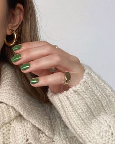 From '70s swirls to minimalist metallics, click through to see the 9 manicure trends set to be everywhere this autumn. Best Nail Polish Brands, Dry Nail Polish, Rose Nails, Flower Nails, Essie Nail Colors, Classic French Manicure, Seasonal Nails, Autumn Nails, Nail Trends